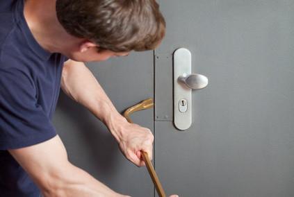 Mann versucht Tür zu öffnen