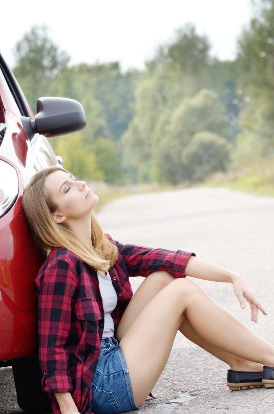 Frau neben verschlossenem Auto
